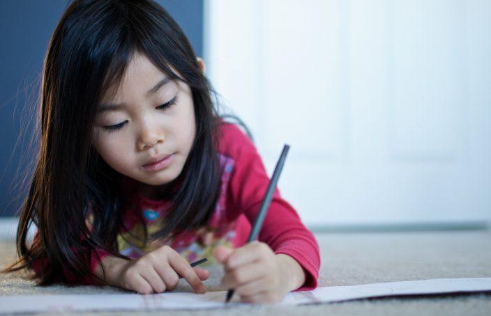 Enfant qui écrit au stylo